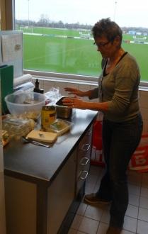 Mieke smeert de lunch broodtjes