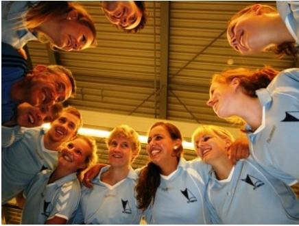 Het gezellige Volleybal mixteam traint op dinsdagavond. Kom ook eens meespelen.