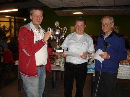 Kampioen Klaverjasmarathon 2013  Wim Meijer  wordt door de organisatie gehuldigd!