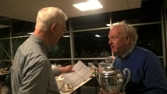 Henk Lankhorst feliciteert de 1e prijswinnaar van de Klaverjasmarathon D. Wahlen