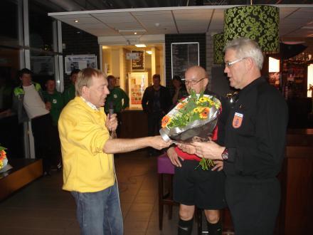 De scheidsrechters worden door Gooi van de Berg bedankt  tijdens het Kerstzaalvoetbaltoernooi 2011