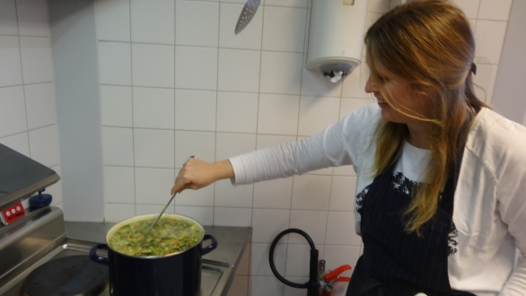 Janet maakt een heerlijk soepje  bij het kerst / afsluittoernooi 2015