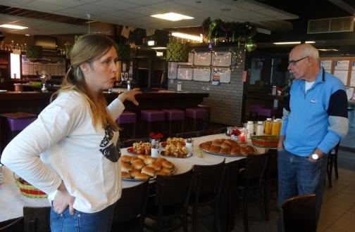 Janet geeft uitleg over de luxe lunch na het toernooi 2015