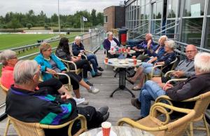 Na afloop een kopje koffie met zijn allen op het balkon van sportcafé Zuiderlaan.